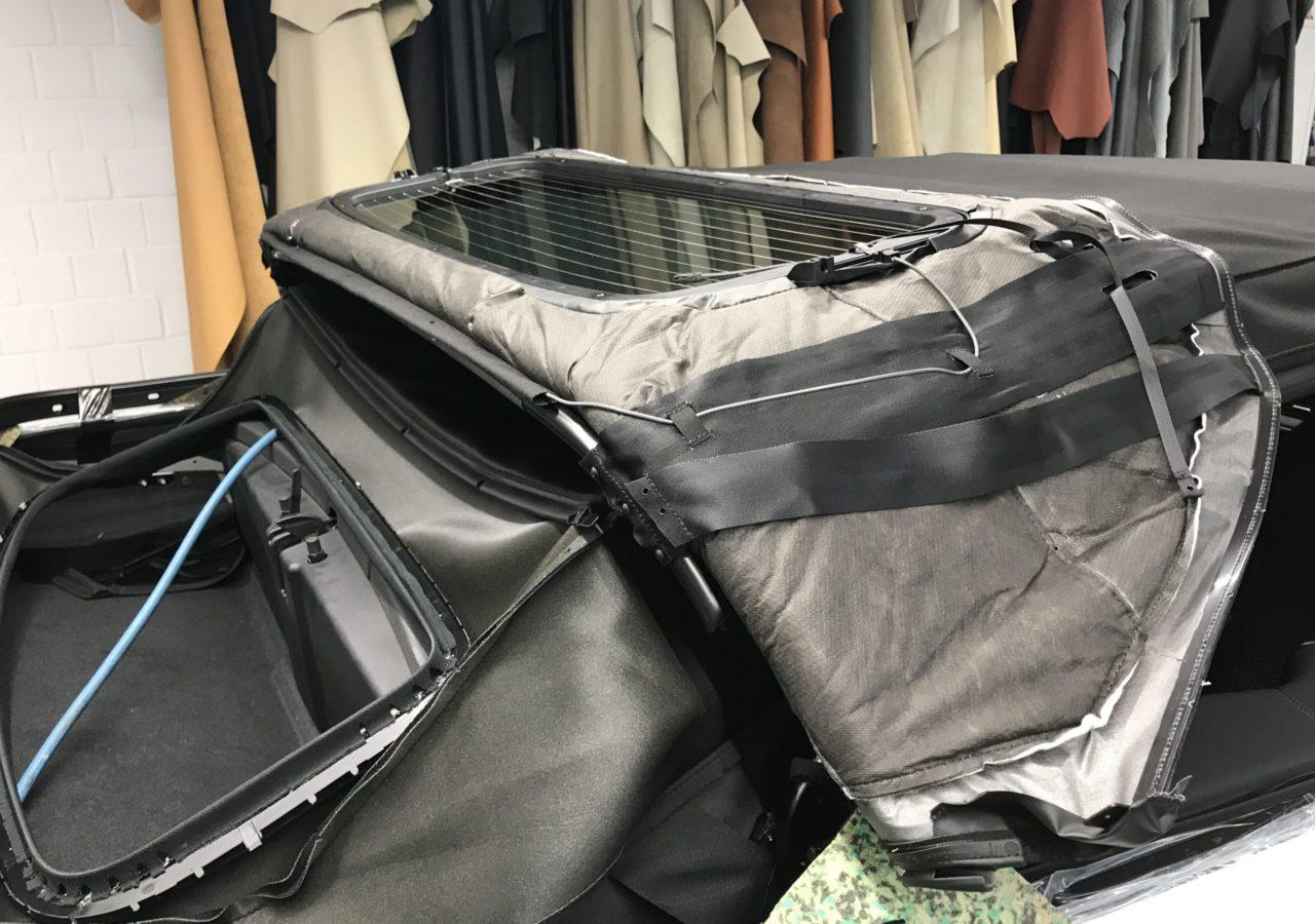 Das Cabrioverdeck des Range Rover Evoque wird in unserer Sattlerei in bewährter Tradition direkt am Fahrzeug angepasst