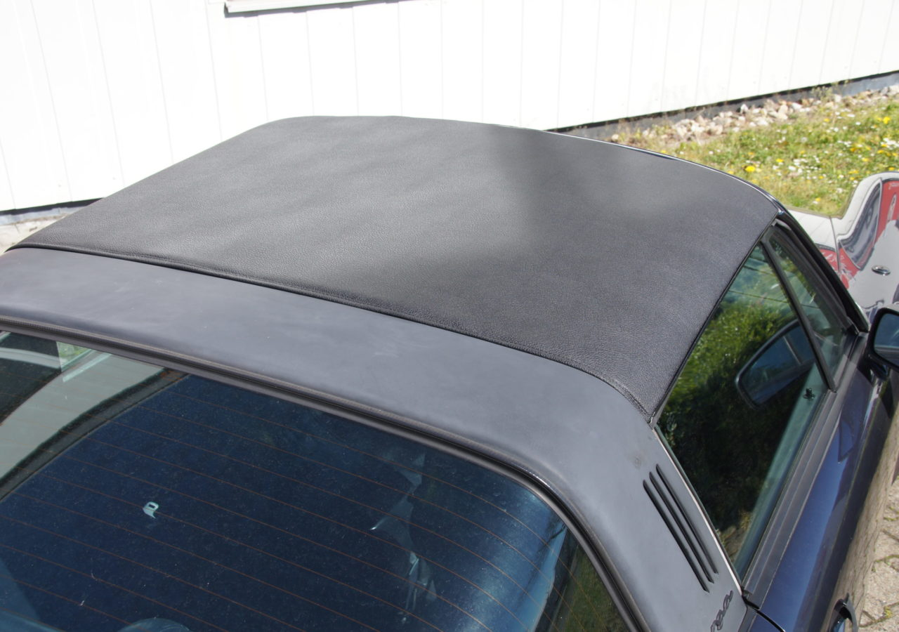 Die Reparatur des Targadaches ist eine sehr zeitaufwendige Angelegenheit. Zuerst müssen die alten Bezüge entfernt werden und das Gestänge zerlegt und gereinigt werden. Die Außenhaut und Innenhimmel des Porsche Targa-Daches wird in unserer Sattlerei immer komplett erneuer