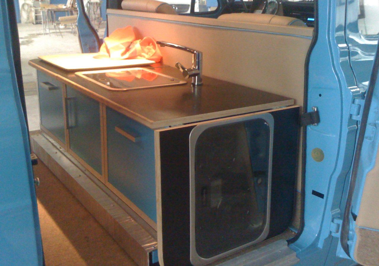 Umbauarbeiten an einem Ford Transit zur mobilen Küche mit Lounge Area | Robert Rose, die Autosattlerei in Dortmund